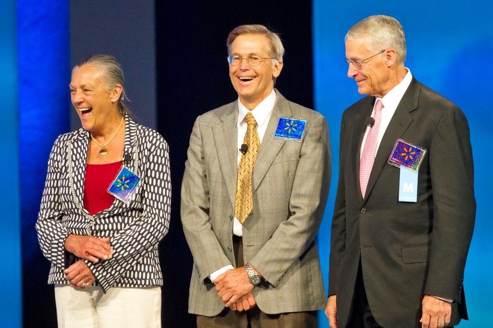 На фото: зліва на право - Аліса Волтон, Джим Волтон і Роб Волтон, діти покійного засновника Wal-Mart Сема Волтона/Beth Hall