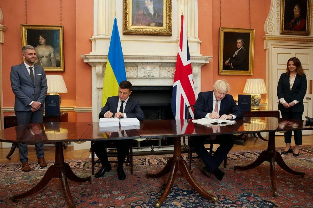 На фото: Володимир Зеленський та Борис Джонсон під час підписання угоди про політичну співпрацю, вільну торгівлю і стратегічне партнерство